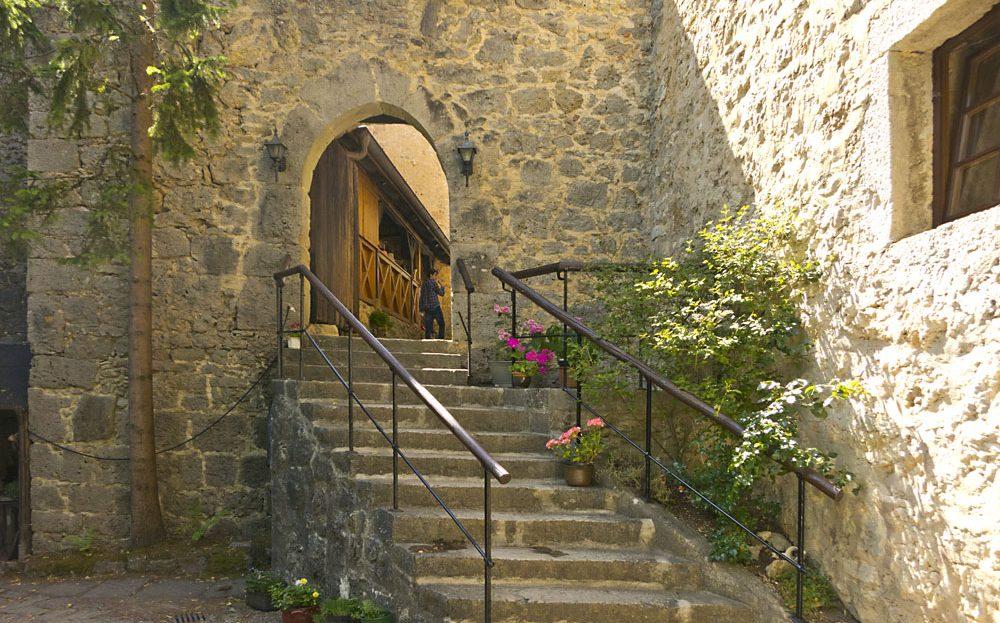 LARP Location Burg Rabeneck - Aussenansicht Eingang Treppe