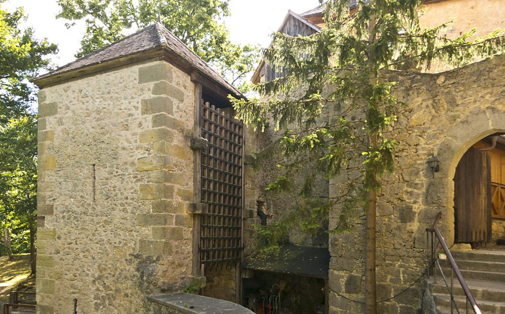 LARP Location Burg Rabeneck - Aussenansicht Schlosstor Torgitter