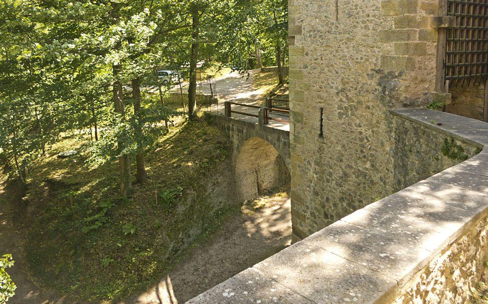 Burg Rabeneck Schlosstor Torgitter und Burggraben