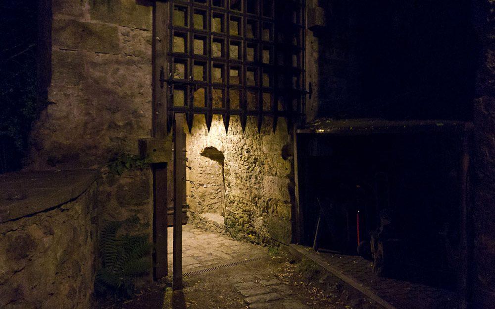 LARP Location Burg Rabeneck - Aussenansicht Schlosstor Torgitter bei Nacht
