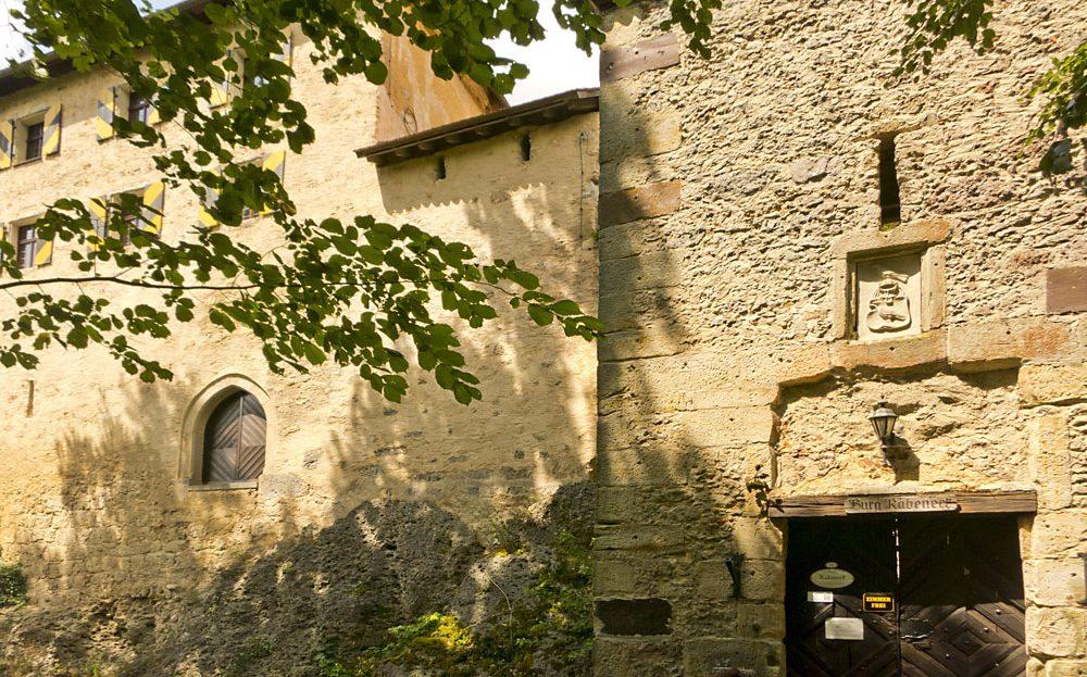 LARP Location Burg Rabeneck - Aussenansicht Eingang Burgmauer