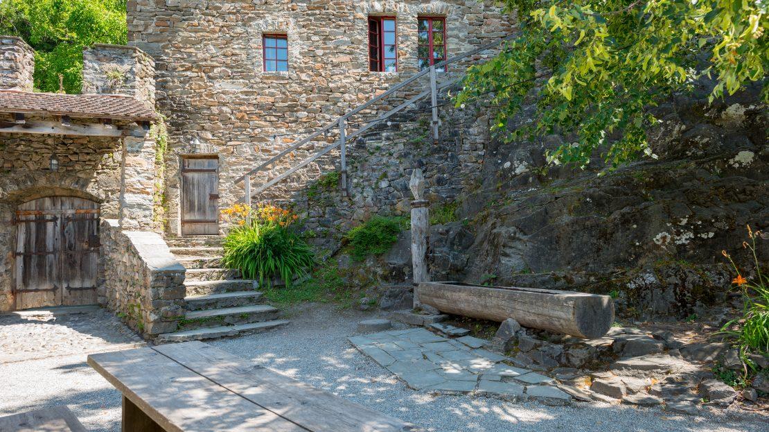 LARP Location Burg Ehrenfels - Burghof mit Aufgang