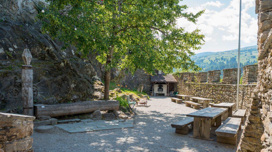 LARP Location Burg Ehrenfels - Burghof mit Brunnen und Brotbackofen